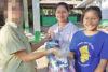 Die CSI-Projektpartnerin (aus Sicherheitsgründen verpixelt) überreicht der dankbaren Pacharee und ihrer Karen-Kollegin Kanjana im Namen von CSI Hygieneartikel (csi)