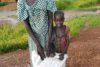 Die dankbare Yar Akol Akon mit einem ihrer beiden Kinder (csi)