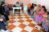 Mütter und ihre Töchter werden über die Gefahren einer Frühheirat sensibilisiert. csi
