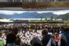 CSI-Projektpartner Benny Giay, führender Leiter der KINGMI- Kirche, spricht mit Kindern in «Tage Village» am Tage See (csi)