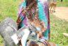 Überglücklich und auch mit ein wenig Stolz zeigt Adior die Milchziege, die sie dank CSI-Spenden erhalten hat und die ihr zusammen mit einem Startsack und mehreren Kilo Nahrungsmittel eine Zukunftsperspektive gibt. (csi)