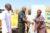 Eine von Fulani-Islamisten überfallene Christin nimmt von der Diözese Kafanchan dankbar Nahrungsmittel an, die von CSI-Unterstützern gespendet wurden. (csi)