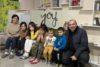 Anna Hovanian wurde aus ihrer Heimat Schuschi vertrieben und lebt seitdem mit ihren Kindern in Armenien. Der Pastor (rechts) kümmert sich um die geflüchtete Familie. (csi)