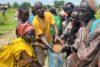 Das verbreitet Zuversicht: Franco Majok unterstützt diese Frauen bei der Feinverteilung von Sorghum (csi)