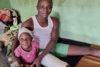 Der vierfache Familienvater Philip Yakubu wurde auf dem Heimweg von einem Hilfseinsatz für Fulani-Opfer am 8. September 2019 selber von islamistischen Fulani-Viehhütern angegriffen. Hier in einem Spital in Jos, Bundesstaat Plateau, mit seiner Tochter Princess, Dezember 2019 (csi)