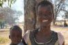 Akuach Adal Agany mit ihrem kleinen Jungen. Sie ist dankbar, dass sie auch ihr Kind mit in die Freiheit nehmen konnte. (csi)